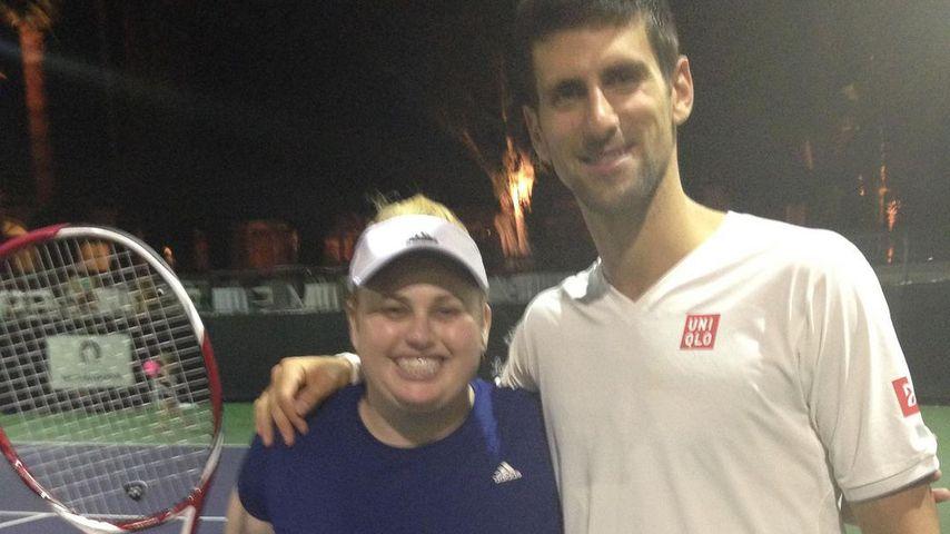 Rebel Wilson und Novak Djokovic bei einem Benefiztennisturnier