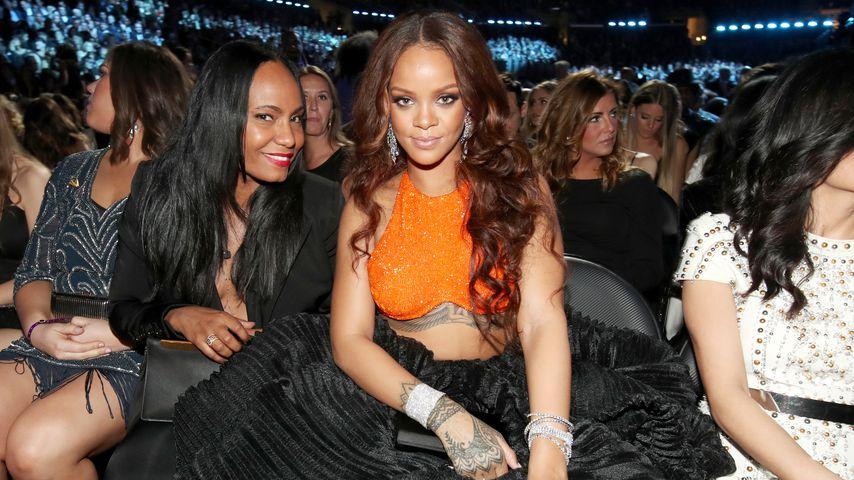 Rihanna und ihre Assistentin Jennifer Rosales bei den 59. Grammy Awards in Los Angeles