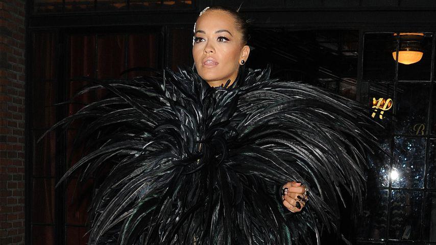 Fedriger Fashion-Fail? Rita Ora als schwarzer XXL-Vogel
