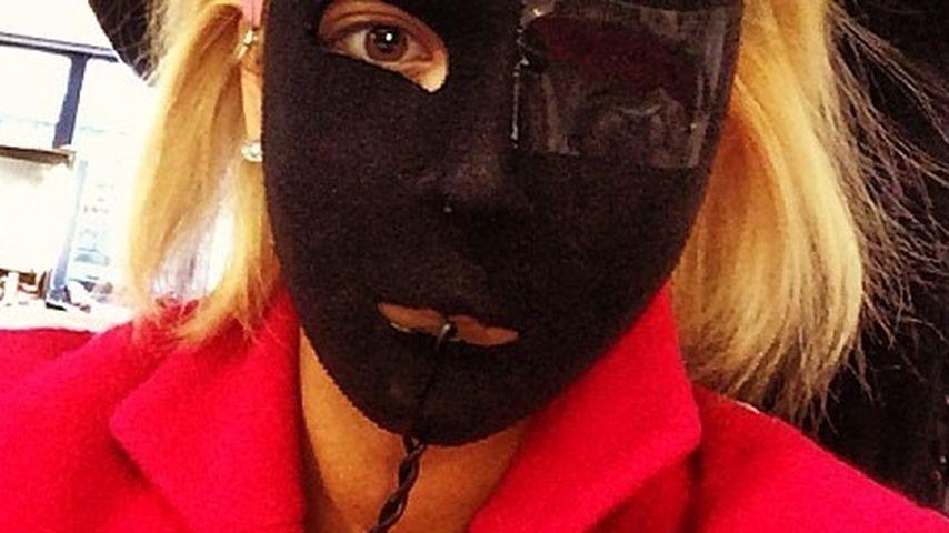Skurriler Look: Rita Ora posiert mit Grusel-Maske
