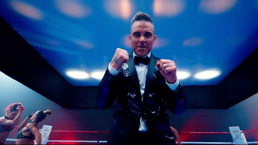 Robbie als Ringrichter im Anzug