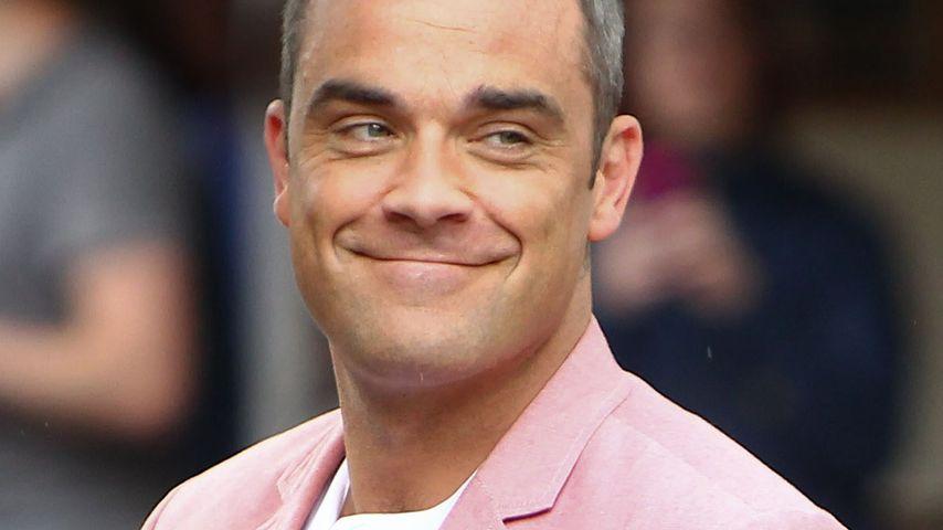 Charmant! Robbie Williams küsst den Po eines Fans!