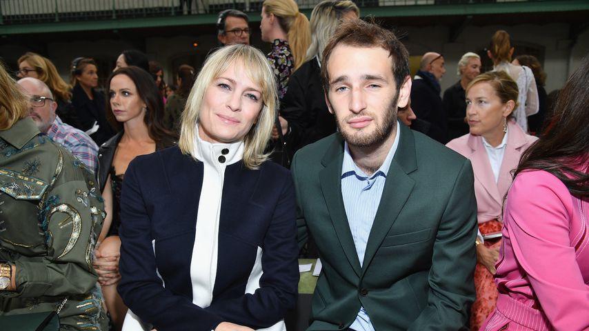 Robin Wright mit ihrem Sohn Hopper Penn bei der Paris Fashion Week 2017