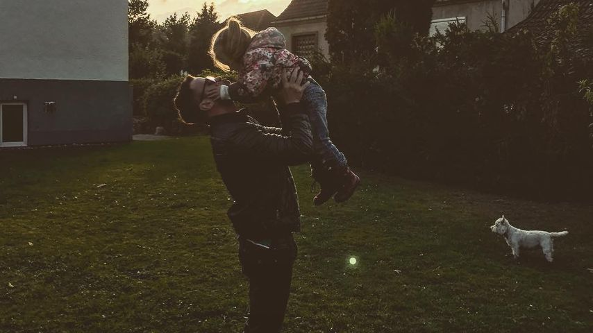 Rocco Stark spielt mit Tochter Amelia