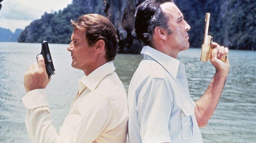 """Roger Moore und Christopher Lee in """"James Bond 007 – Der Mann mit dem goldenen Colt"""" von 1974"""