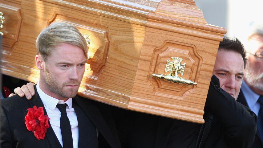 Ronan Keating und Mikey Graham bei der Beerdigung des Boyzone-Stars Stephen Gately
