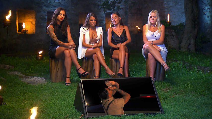 """Sabine, Meike, Alicia und Marlisa beim """"Temptation Island""""-Lagerfeuer"""
