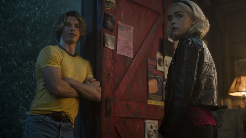 "Sam Corlett (Calaban) und Kiernan Shipka (Sabrina) in ""The Chilling Adventures of Sabrina"""