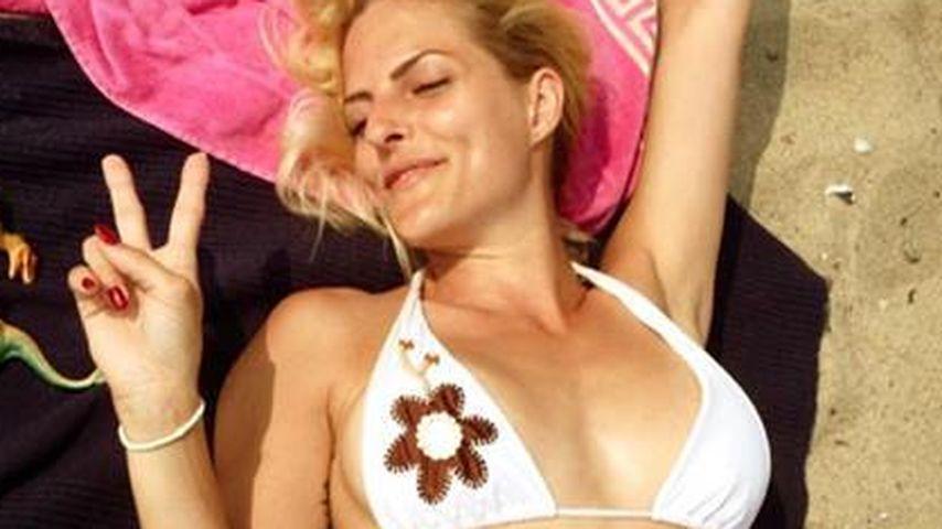 Heiß im Bikini: Sandy Mölling entspannt am Strand