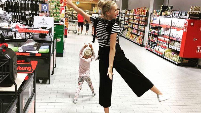 Sara Kulka mit ihren Töchtern beim Einkaufen