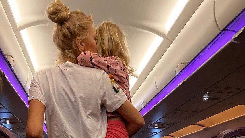 Sara Kulka mit ihrer Tochter im Flugzeug, Januar 2020
