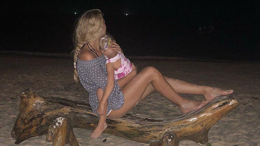 Sara Kulka mit Tochter Matilda am Strand