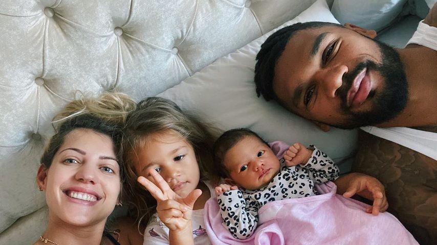 Sarah und Dominic Harrison mit ihren beiden Töchtern, August 2020