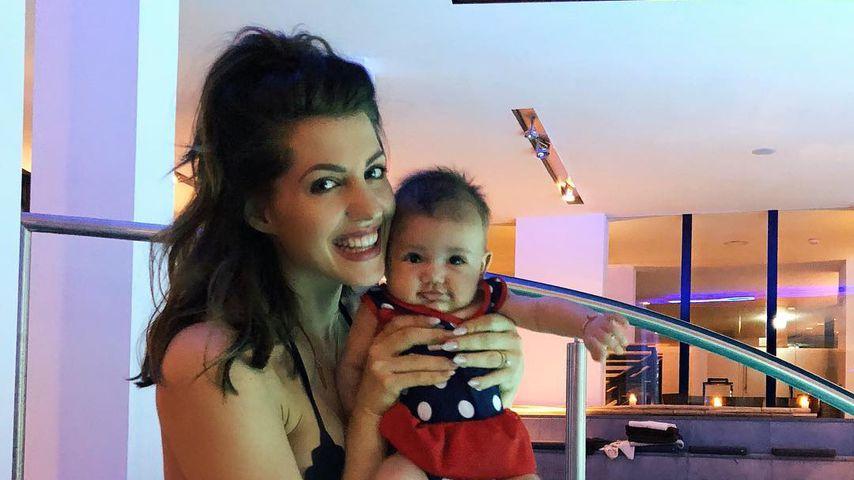 Wie süß: Sarah Harrison mit Mia Rose beim Baby-Schwimmen!