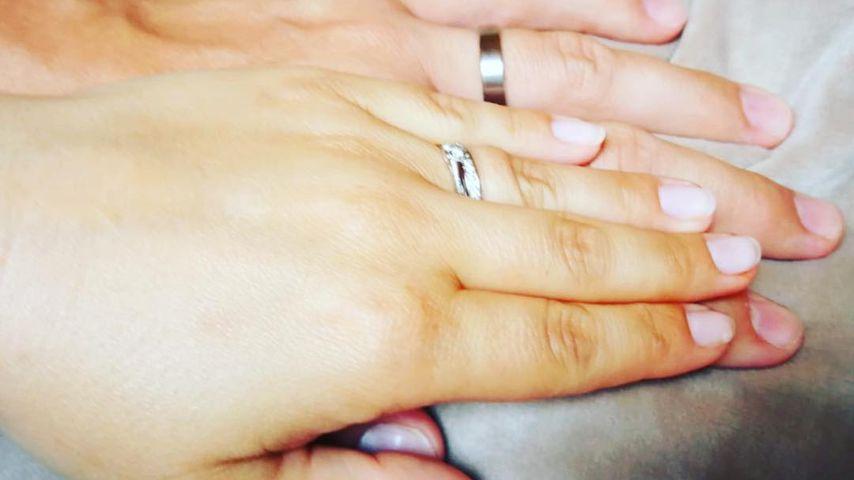 Sarah Tkotsch zeigt die Ringe von sich und ihrem Mann