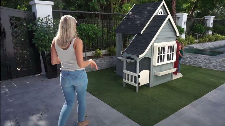 Sarah und Mia Harrison in ihrem Garten in Dubai