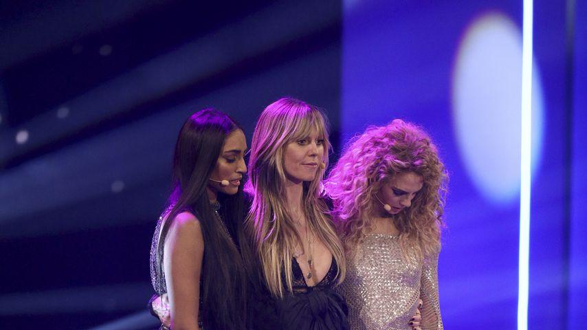 "Sayana Ranjan und Simone Kowalski mit Heidi Klum im Finale von ""Germany's next Topmodel"""