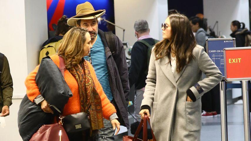 Schauspielerin Nina Dobrev (l.) mit ihren Eltern am Flughafen in Los Angeles