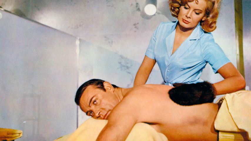 "Sean Connery als James Bond und Molly Peters als Patricia in dem Film ""Feuerball"" 1965"