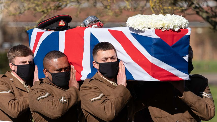 Soldaten tragen den Sarg von Tom Moore