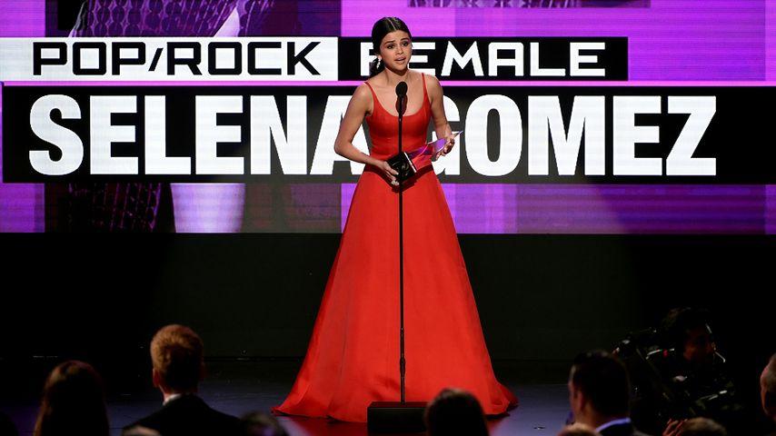 """Selena Gomez erhält den Preis als """"Lieblingssängerin"""" in der Pop/Rock-Kategorie auf den AMAs 2016"""