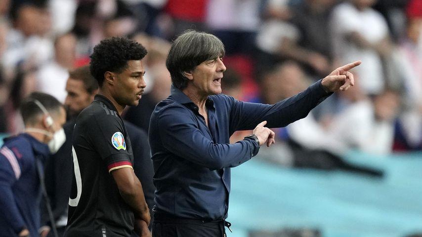 Serge Gnabry und Jogi Löw beim EM-Spiel von England gegen Deutschland