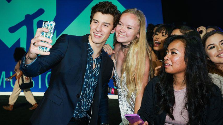 Shawn Mendes mit einem weiblichen Fan