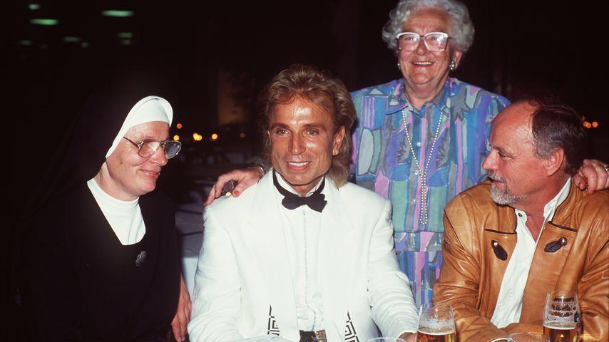 Siegfried Fischbacher mit seiner Schwester Dolore, seiner Tante Barbara und seinem Bruder Marinus