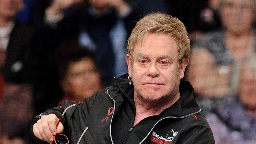 Weg ist er! Pop-Legende Elton John kippt vom Stuhl