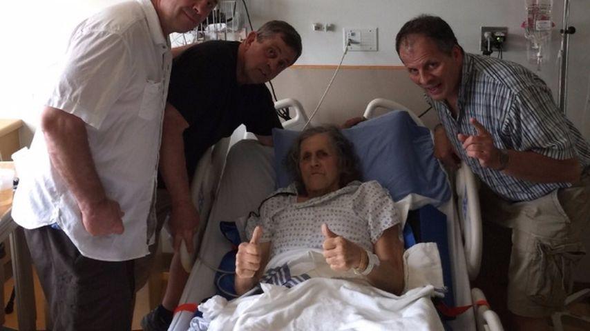 Smith Hart im Krankenbett mit seinen Brüdern Bret und Ross und seinem Neffen Dal