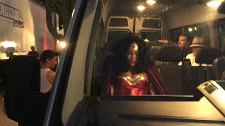 Sofia Vergara wartet im Superheldenkostüm in einem Van