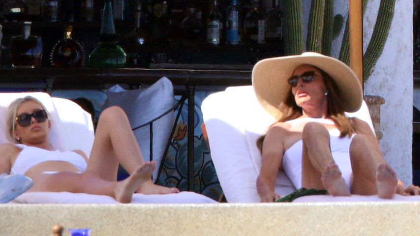 Sophia Hutchins und Caitlyn Jenner am Pool