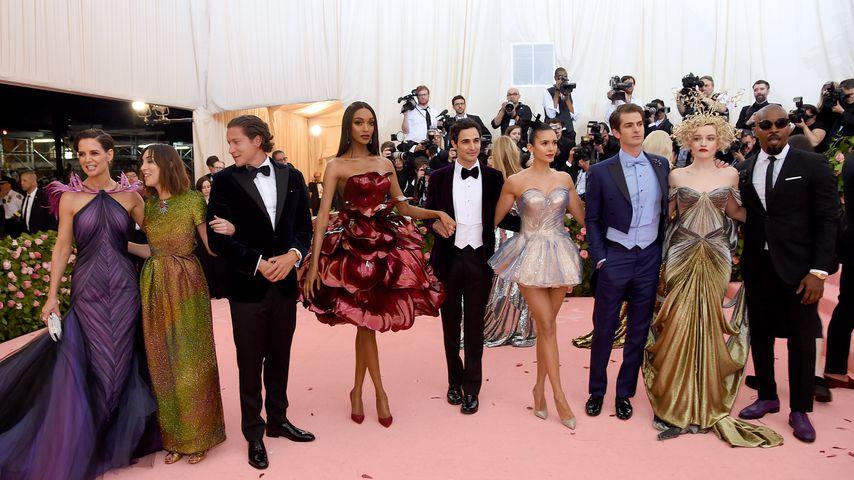 Katie Holmes (l.), Nina Dobrev (m.), Andrew Garfield, Jamie Foxx (r.) und Co. bei der Met Gala 2019