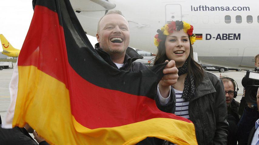 Stefan Raab und Lena Meyer-Landrut bei der Ankunft in Deutschland nach dem ESC-Sieg