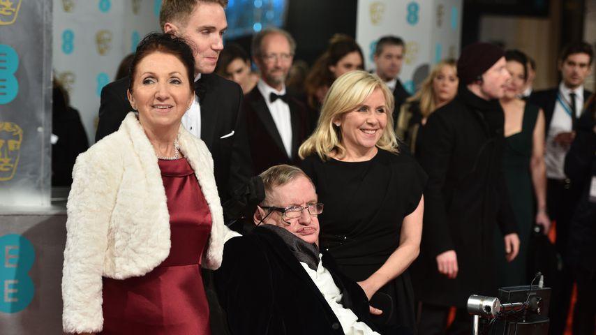 Stephen Hawking (m.) mit seiner ersten Ehefrau Jane und seinen Kindern