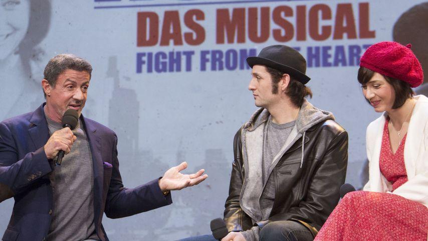 """Sylvester Stallone und zwei Darsteller des Musicals """"Rocky"""""""