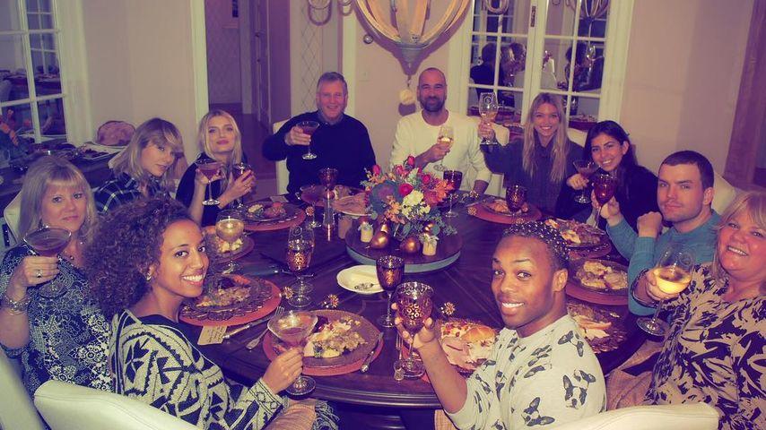 Taylor Swift mit Freunden und Familie an Thanksgiving