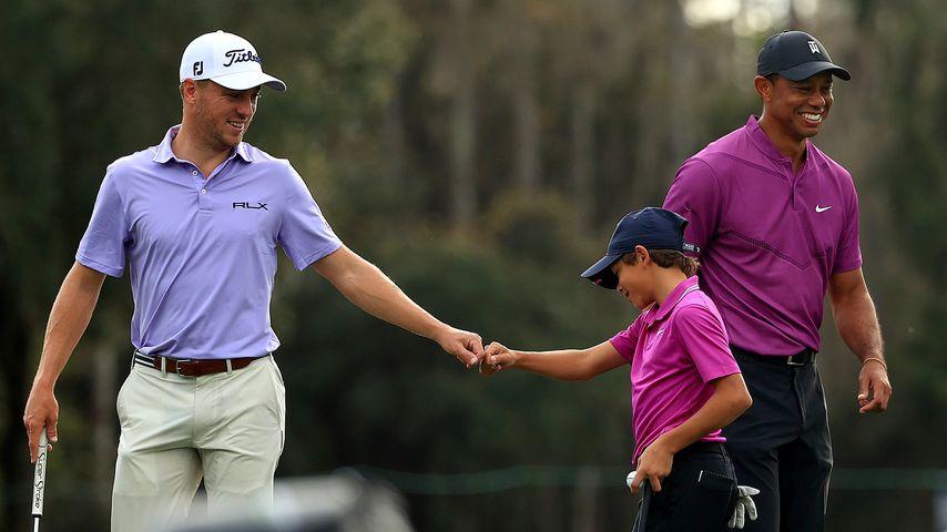 Tiger Woods mit seinem Sohn Charlie und dem gegnerischen Spieler