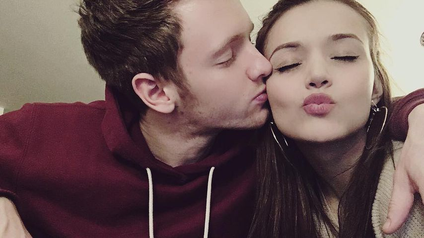 Total verliebt: Timur Bartels & Freundin knutschen bei Event