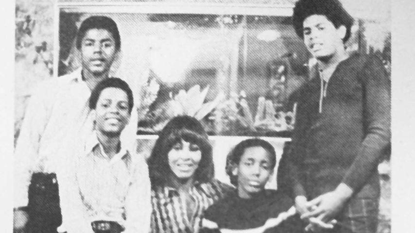 Tina Turner in den 70ern mit ihren Kids Ike Junior, Michael, Ronnie und Craig