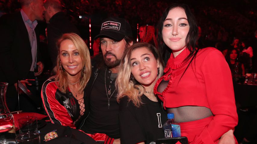 Tish, Billy Ray, Miley und Noah Cyrus bei den iHeartRadio Music Awards