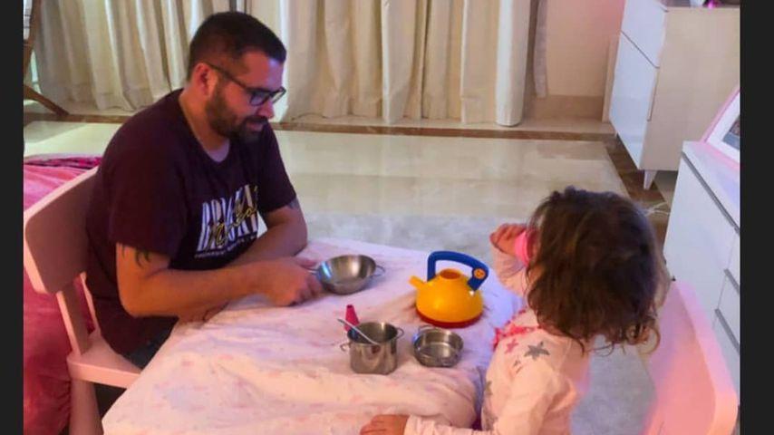 Früh übt sich: Sophia Cordalis lädt Onkel Tobi zur Teestunde