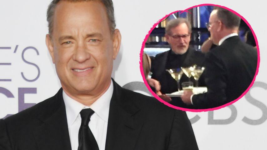 Service zu langsam: Tom Hanks serviert Drinks selbst!