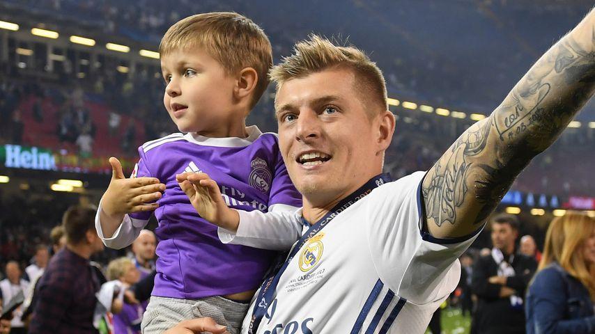 Toni Kroos mit seinem Sohn beim Champions-League-Finale 2017