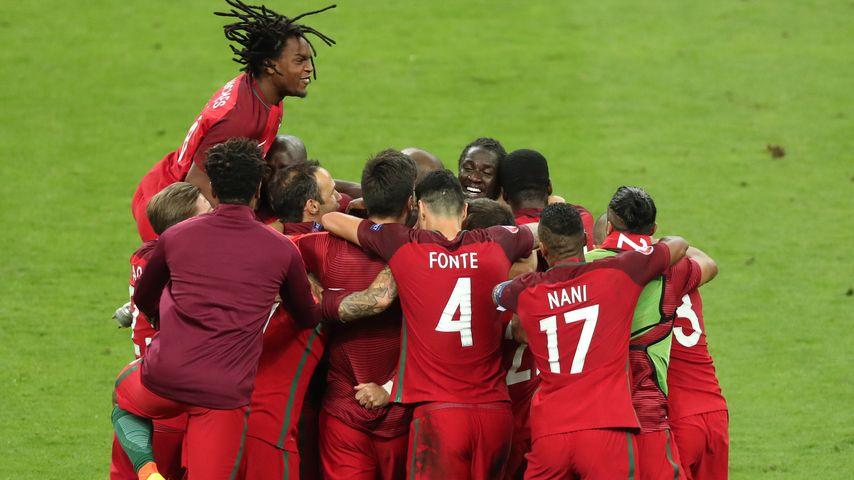 Torjubel um Eder im EM-Finale Portugal gegen Frankreich bei der Fussball-EM in Saint-Denis