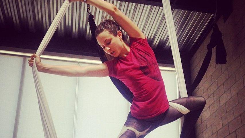 Nicht hängen lassen: Troian Bellisario übt Seil-Akrobatik