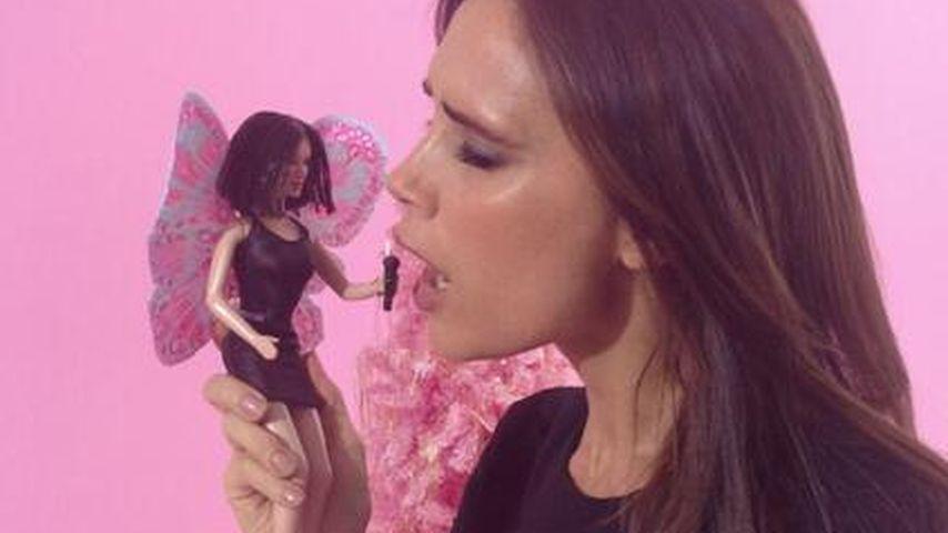 Victoria Beckham spielt mit eigener Barbie-Puppe
