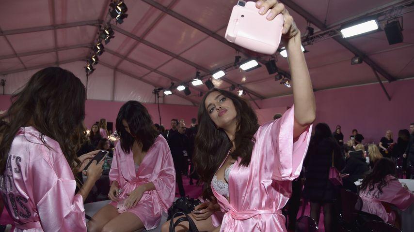 """Irina Shayk beim Posieren für ein Backstage-Foto auf der """"Victoria's Secret Fashion Show"""" in Paris"""