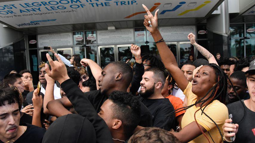 Fans von XXXTentacion bei seiner öffentlichen Gedenkfeier