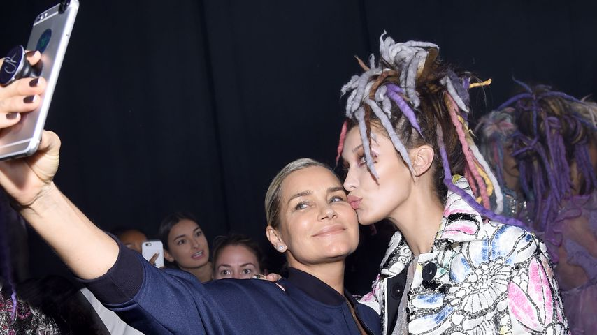Yolanda Hadid und Bella Hadid backstage